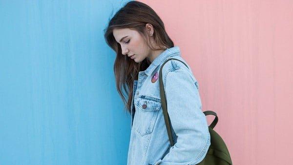 Combate el blue monday con prendas de este color. Foto StockSnap en Pixabay