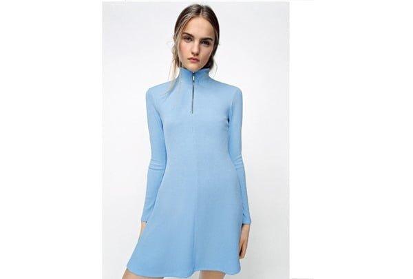 Vestido corto de cuello alto y manda larga, de Zara