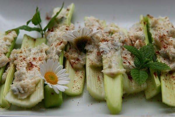 El apio y el hummus son botanas saludables y ligeras. Foto lovepetforever en Pixabay