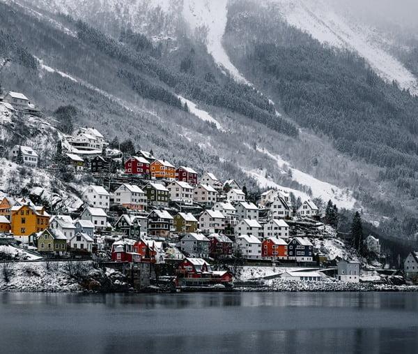 Odda es una de las más hermosas poblaciones de Noruega. Foto Lachlan Gowen en Unsplash