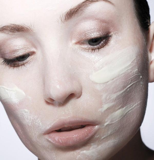 La humectacion consiste en mantener en equilibrio la capa de agua y aceite de la piel. Foto Nika Akin en